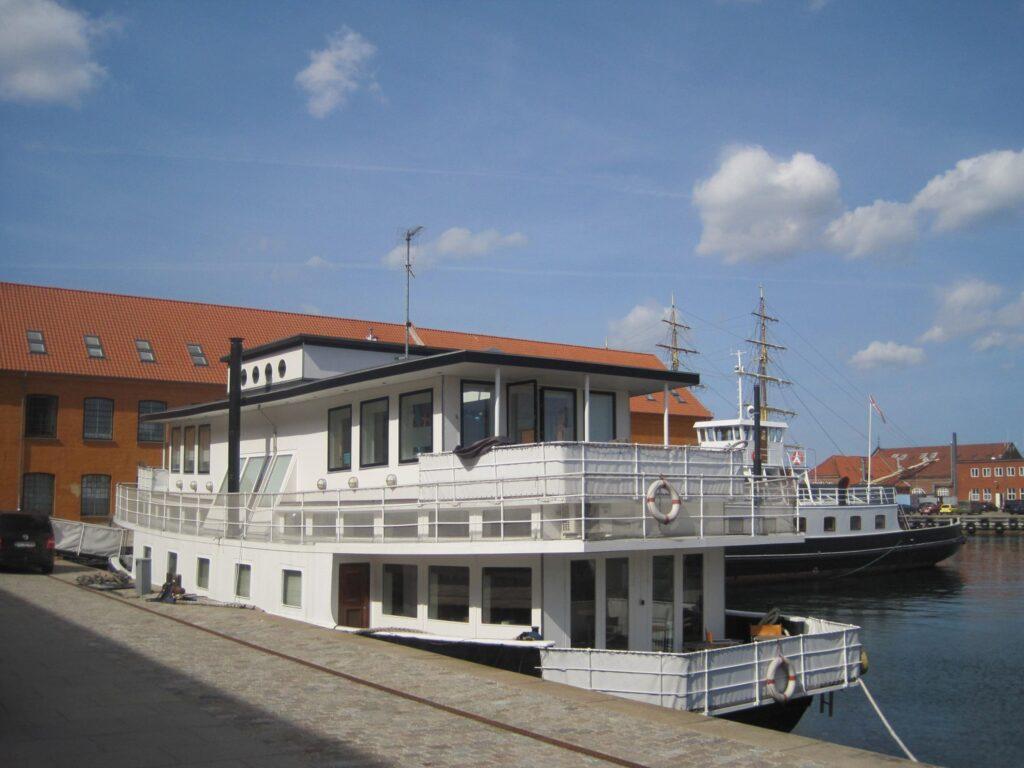 Husbåd på Holmen i København. Til salg. Vild med huse