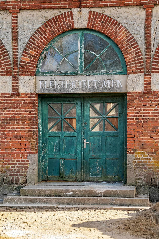 Smuk kulturarvdetalje i det gamle elværk ved Kolding. Indgangen til boligen. Elektricitetsværk