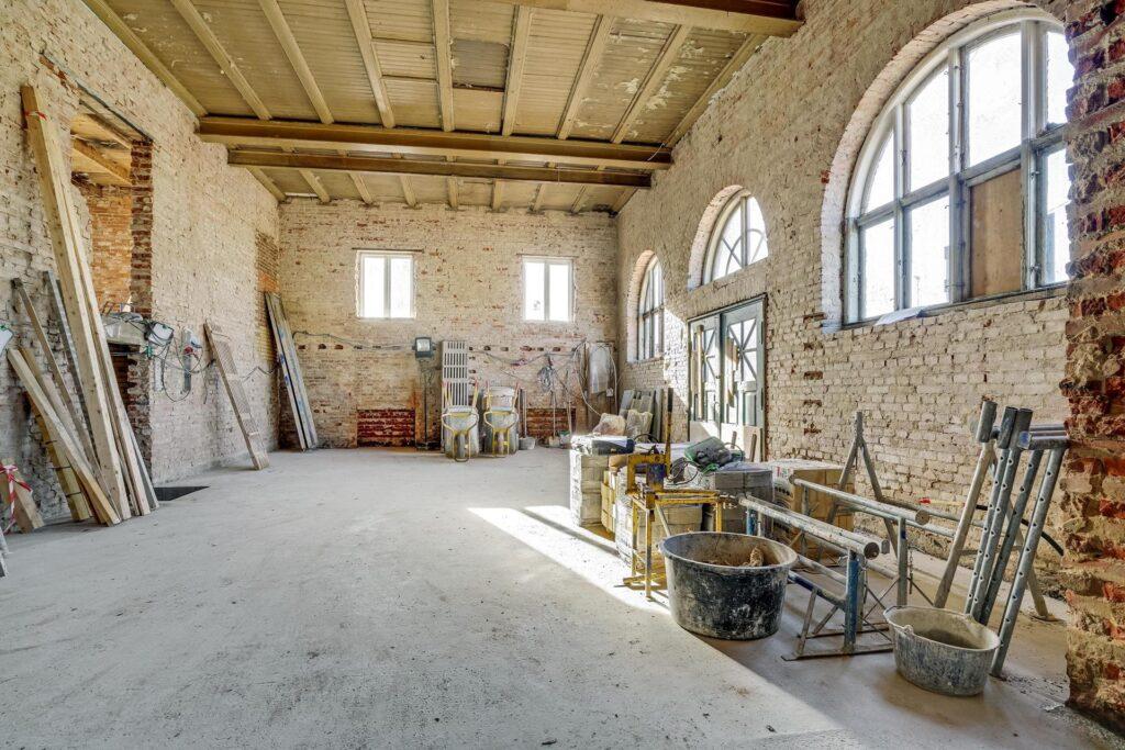 Køkken alrum med 9 meter til loftet. Bolig i gammel bygning. Kulturarv som bolig