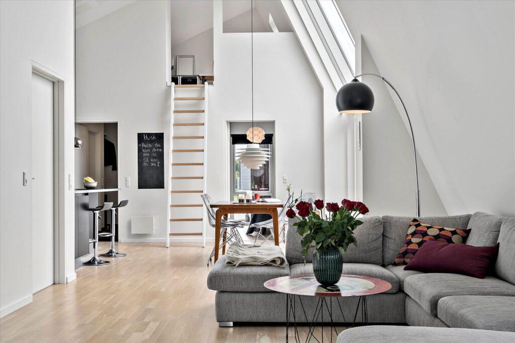 A2 arkitekters lavenergihus i Holstebro. BR2020 hus. Interiør. Dobbelthøjt rum.