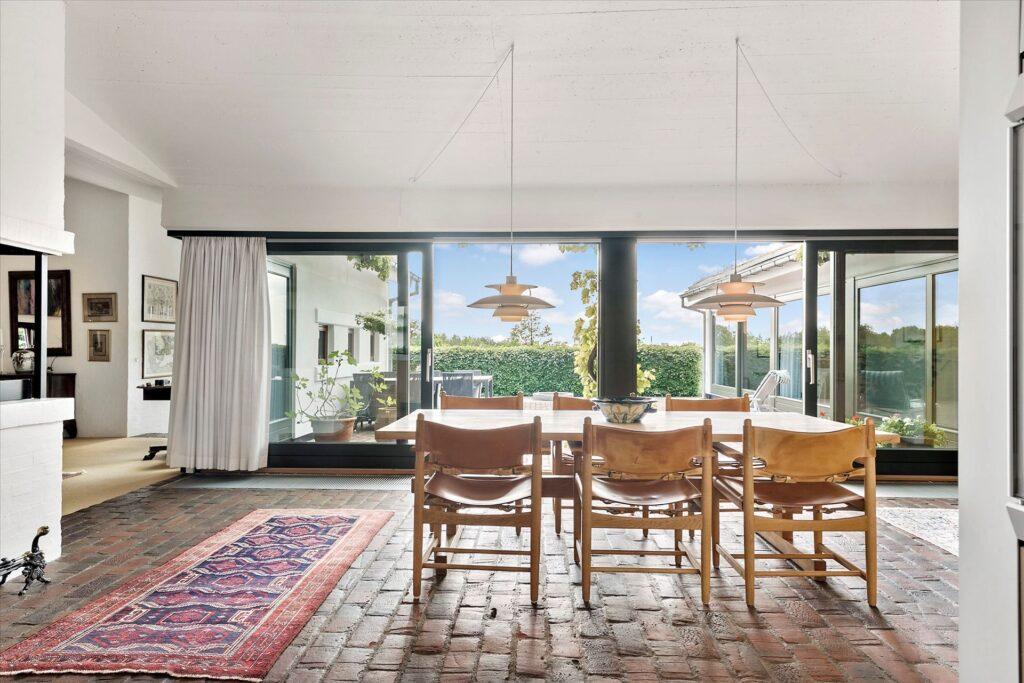 Lækkert arkitekttegnet hus i Herning, Gårdhus, teglstensgulv, lys stue
