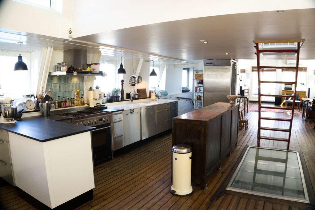 Køkken i Husbåd. Køkken i gammel færge