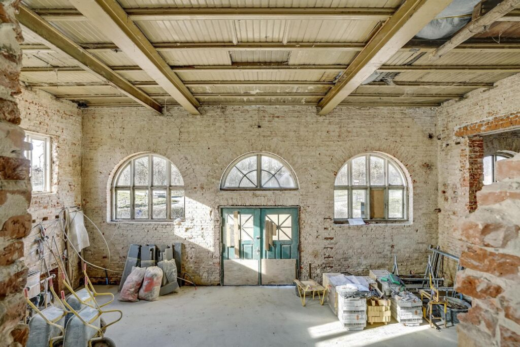 Imponerende rum med mange muligheder. 9 meter fra gulv til loft
