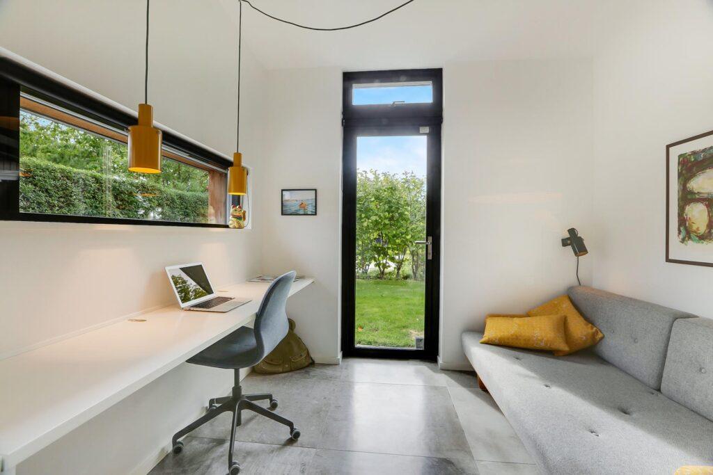 Lækkert værelse med lysindfald og lyse farver