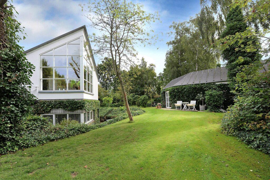 Arkitekttegnet hus i Faldsled til salg. Arkitekttegnet bolig. Postmoderne funkis villa. Smuk have