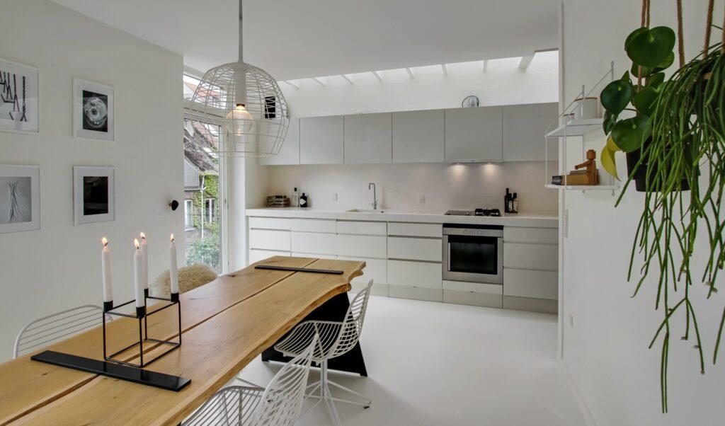 moderne køkken med ovenlys, byhus køkken