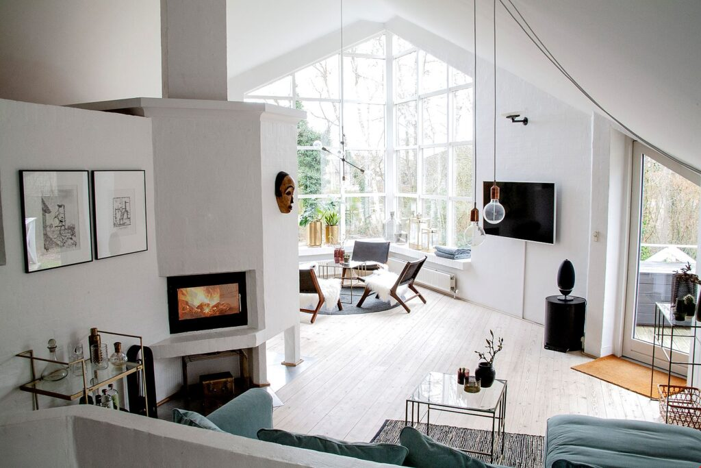 Arkitekttegnet hus i Faldsled til salg. Arkitekttegnet bolig. Vandskuret stue med brændeovn