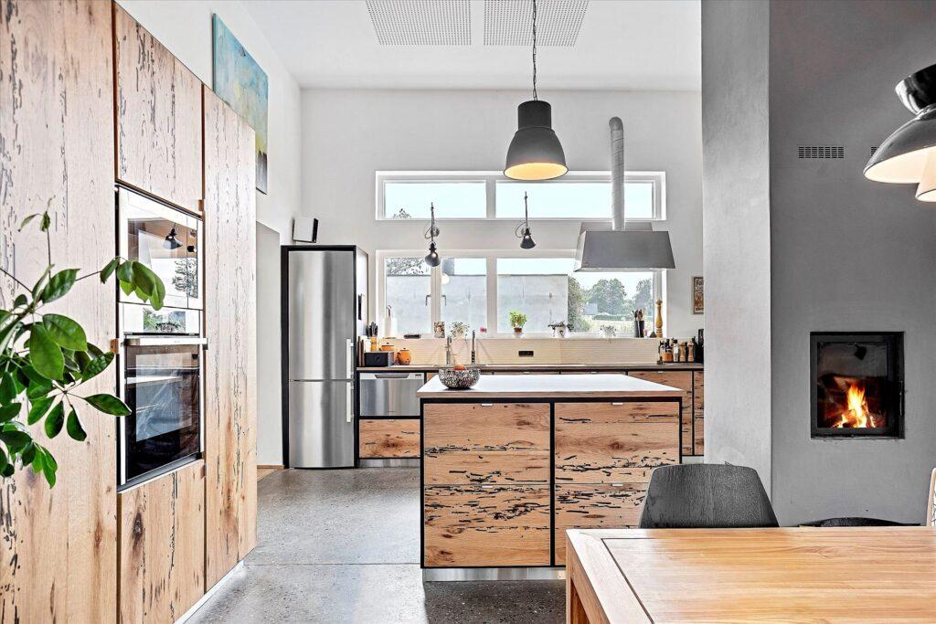 råt køkken med betongulv, Præmie bolig i Norsminde til salg. Arkitekttegnet bolig i Norsminde til salg