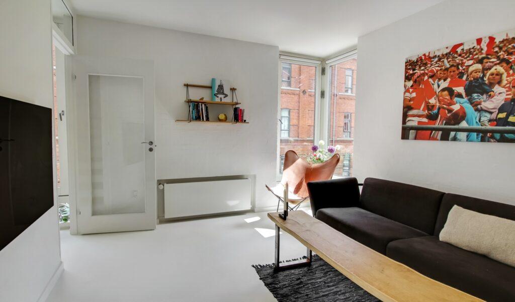 stue i moderne byhus, hjørnevindue