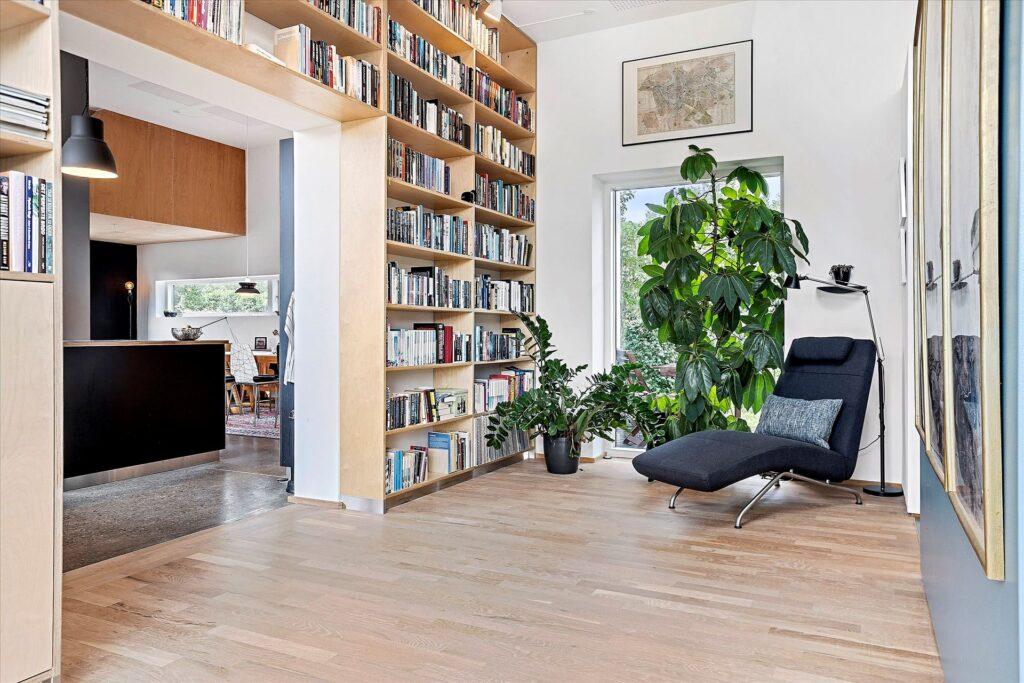 hyggelig stue med bogreol, Præmie bolig i Norsminde til salg. Arkitekttegnet bolig i Norsminde til salg