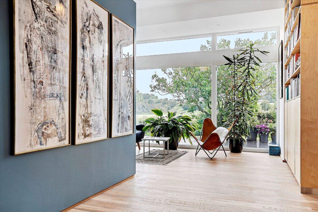 Stue med udsigt til landskab
