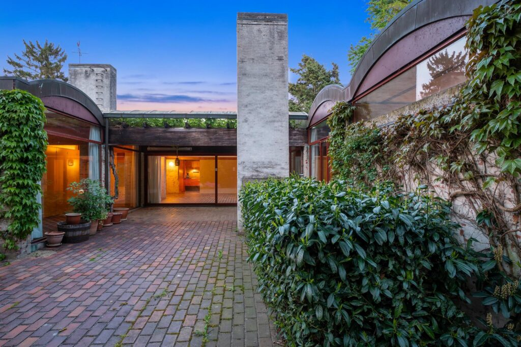 Bornebusch villa, Arkitekttegnet hus til salg, Danmarks smukkeste huse i Søllerød. Smuk terrasse med pejs