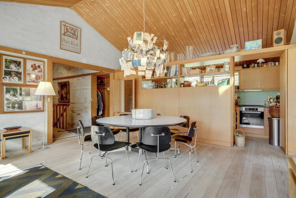 Børge Mogensen, Børge Mogensens hus i Gentofte til salg. Spisestue og køkken, Arkitekttegnet hus til salg