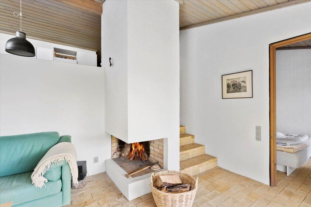 Arkitekttegnet sommerhus i Løkken, stue med åben pejs