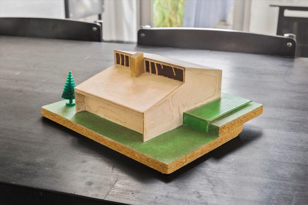Arkitekturmodel i træ af sommerhus i Løkken