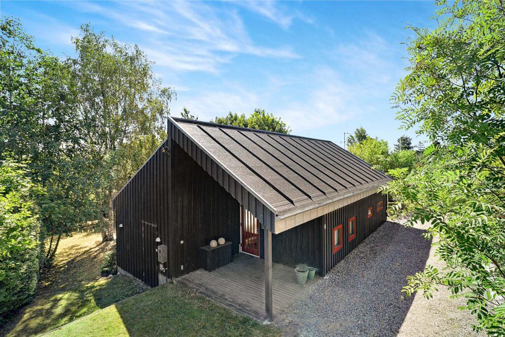 Arkitekttegnet sommerhus til salg i Ebeltoft, Arkitekttegnet fritidshus i  sortmalet træ