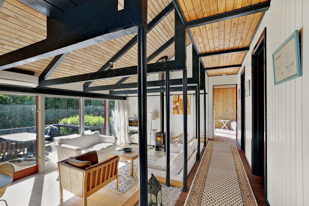 Arkitekttegnet sommerhus til salg i Ebeltoft. Stue med synlig konstruktion