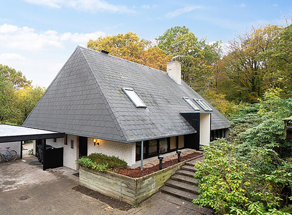 Arkitekttegnet hus i Gadevang ved Gribskov. Hus med pyramidetag og skifertag