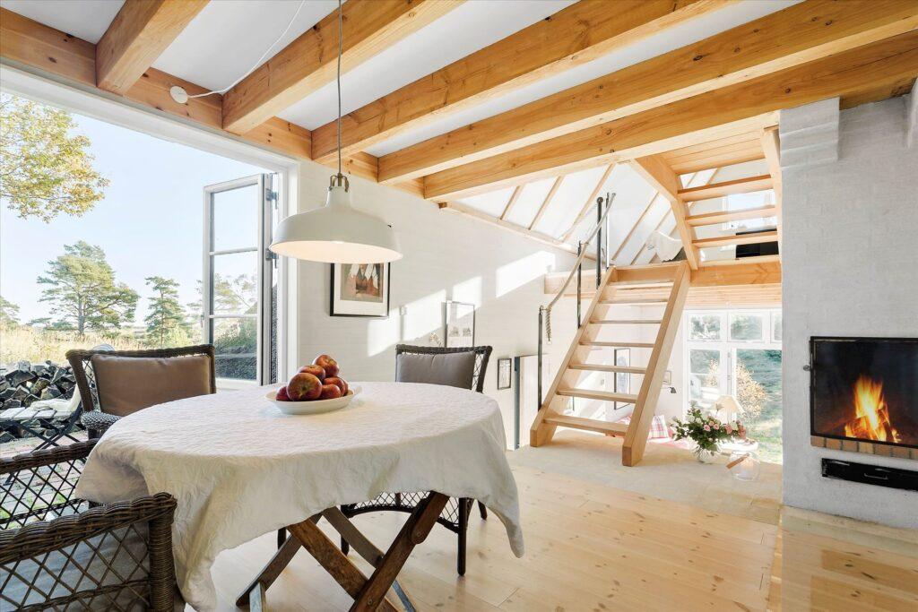 Sommerhus i Tibirke Bakker, Arkitekttegnet hus til salg. Fritlagte spær. Brændeovn