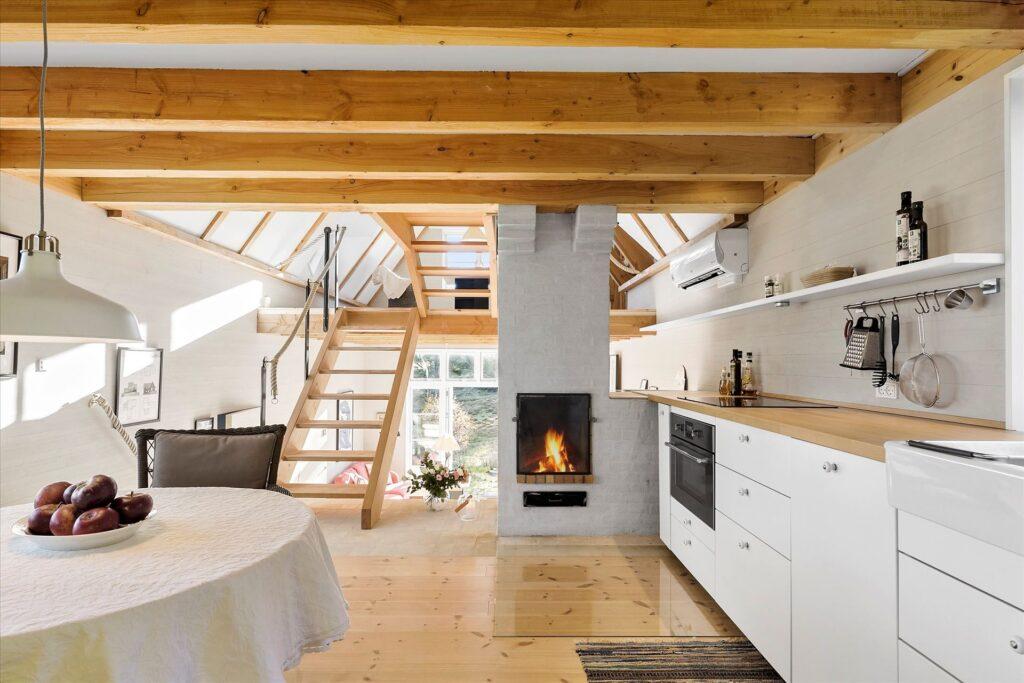 Fantastisk køkken med brændeovn, Tibirke Bakker, arkitekttegnet sommerhus til salg