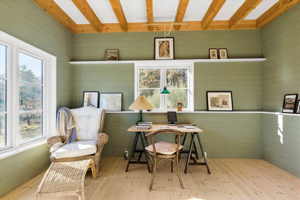 værelse med grønne vægge