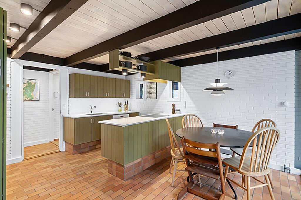 Smukt grønt køkken fra 1973. Klinkegulv