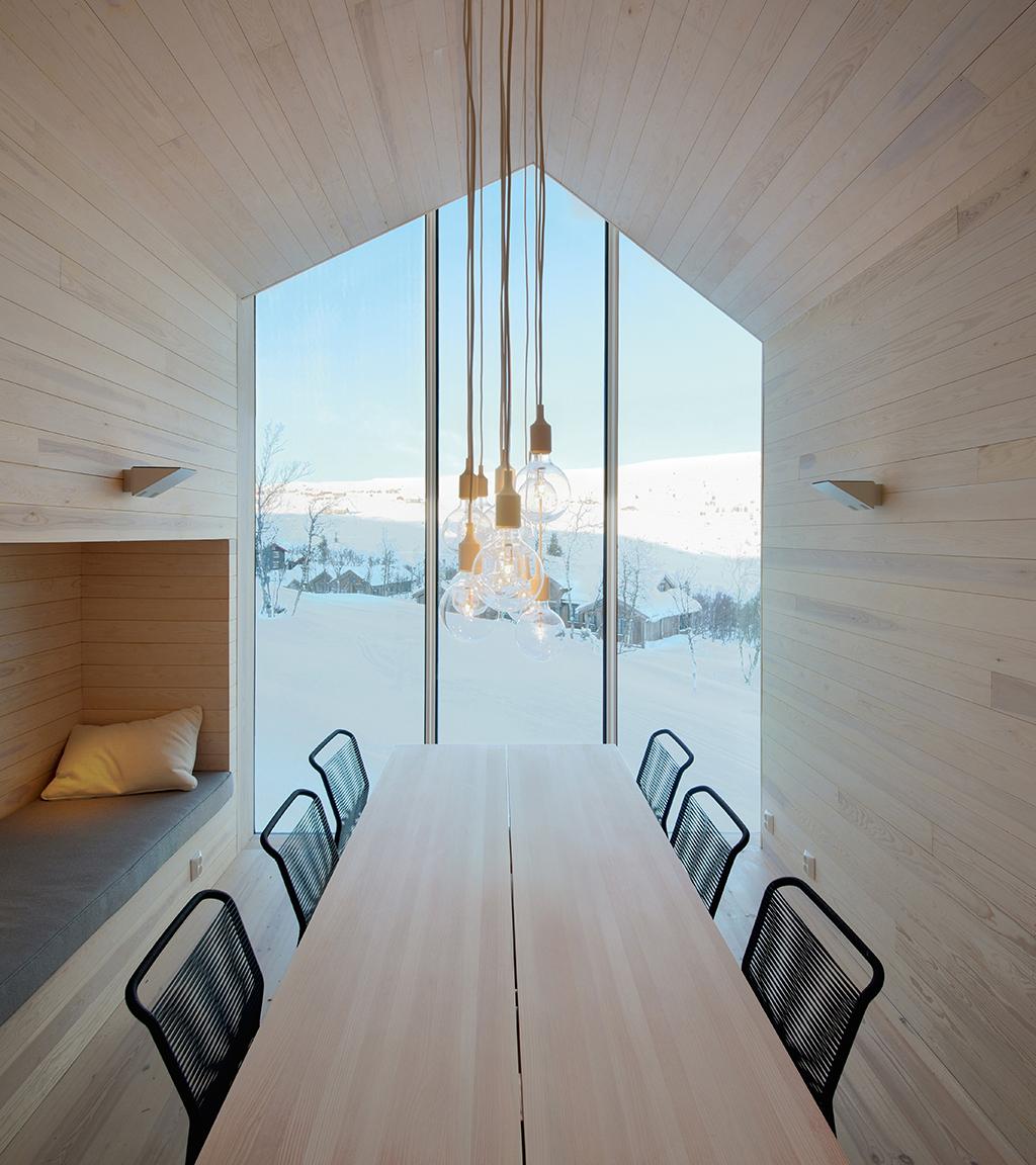 Spisestue med bjergudsigt, Arkitekttegnet hytte i Norge