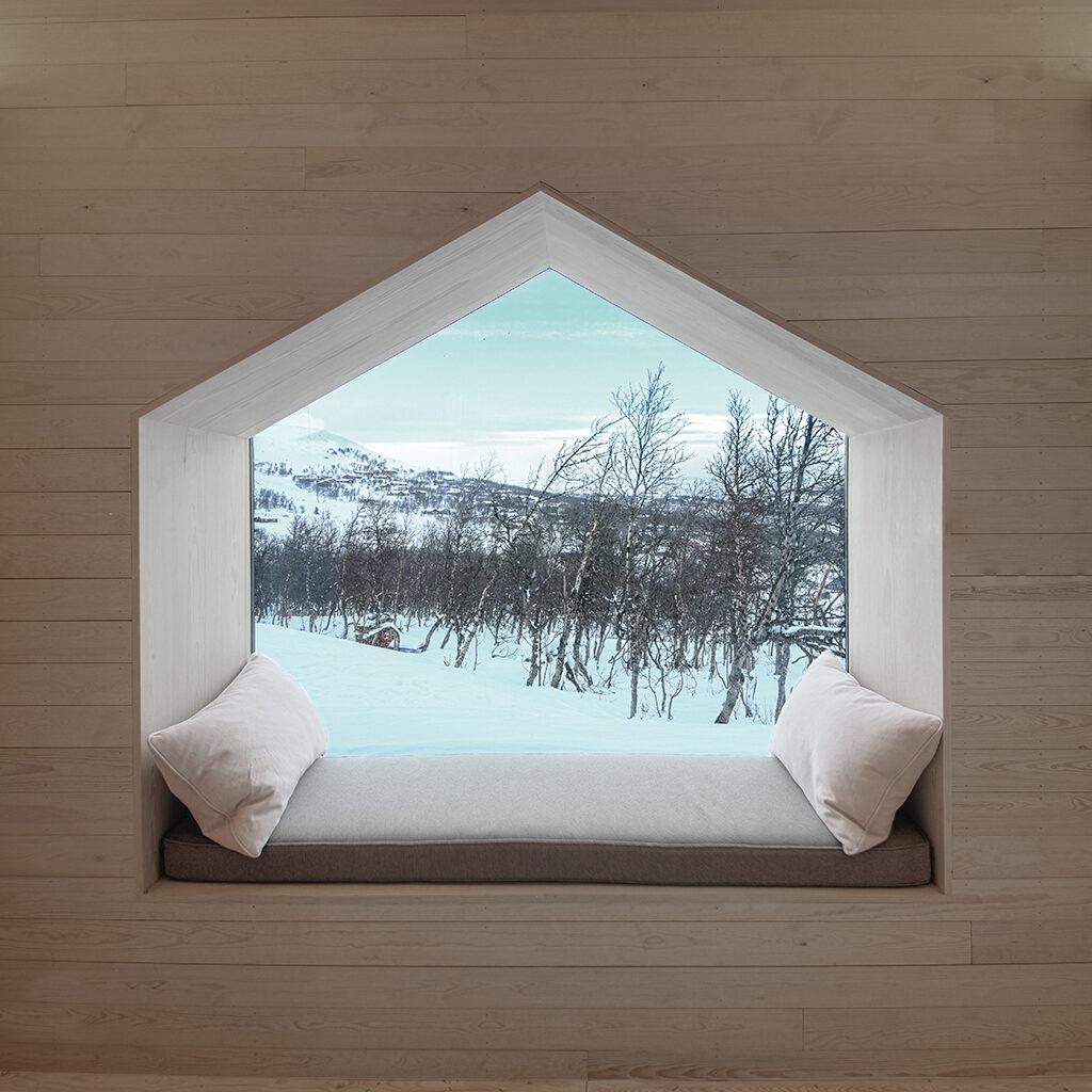 Niche med vindue i træhus, bræddebeklædning