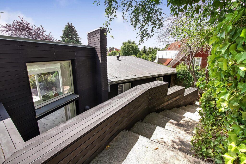 Arkitektegnet hus til salg i Højbjerg, Arkitektens eget hus, sort træhus. Ankomst med smuk trappe