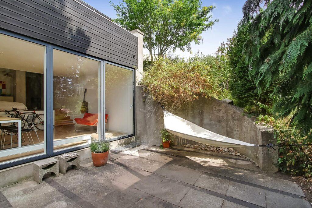 Arkitektegnet hus til salg i Højbjerg, Arkitektens eget hus, sort træhus- Hyggelig terrasse