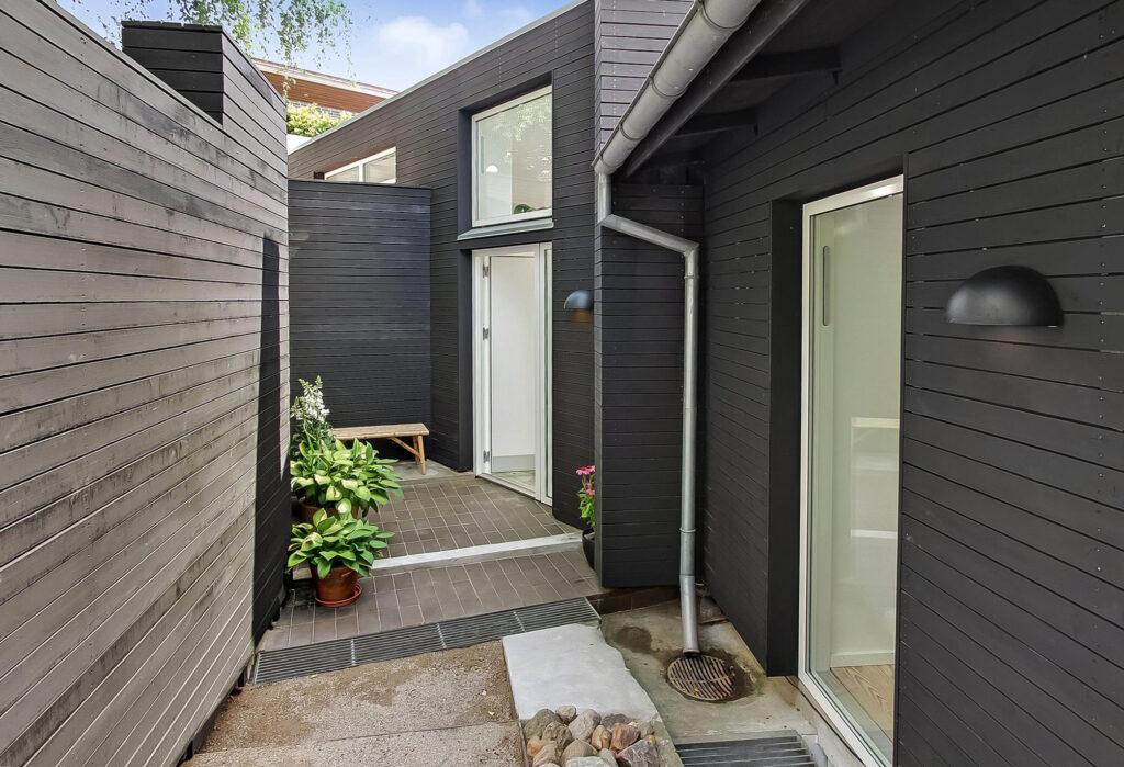 Arkitektegnet hus til salg i Højbjerg, Arkitektens eget hus, sort træhus