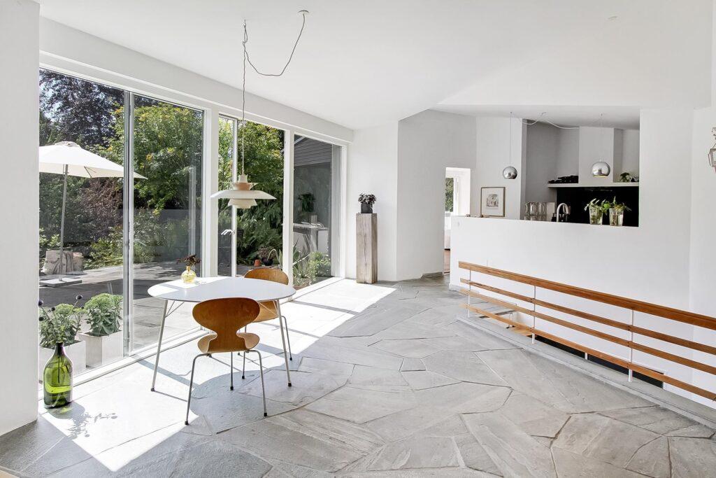Lyst køkken alrum med terrase. Arkitekttegnet hus i Højbjerg