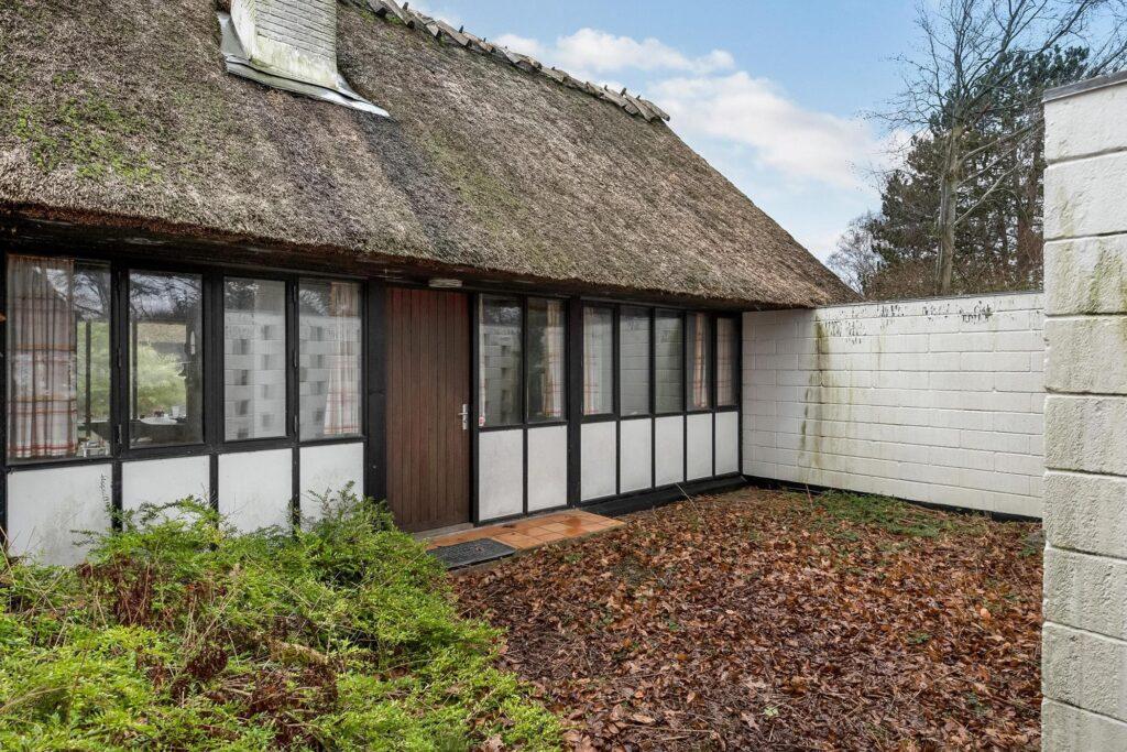 Gårdhus til salg, stråtækt hus til salg. Sommerhus fra 60'erne