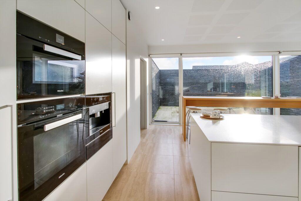 Hvidt køkken, arkitekttegnet hus