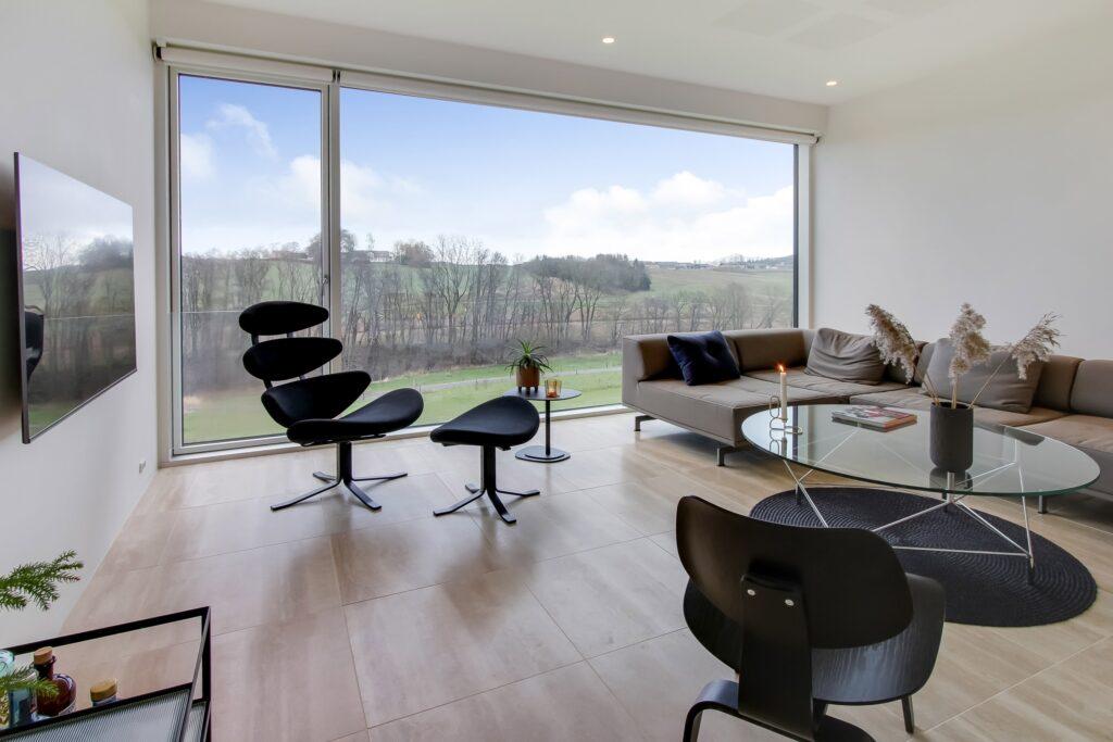 Stue med kæmpe vindue