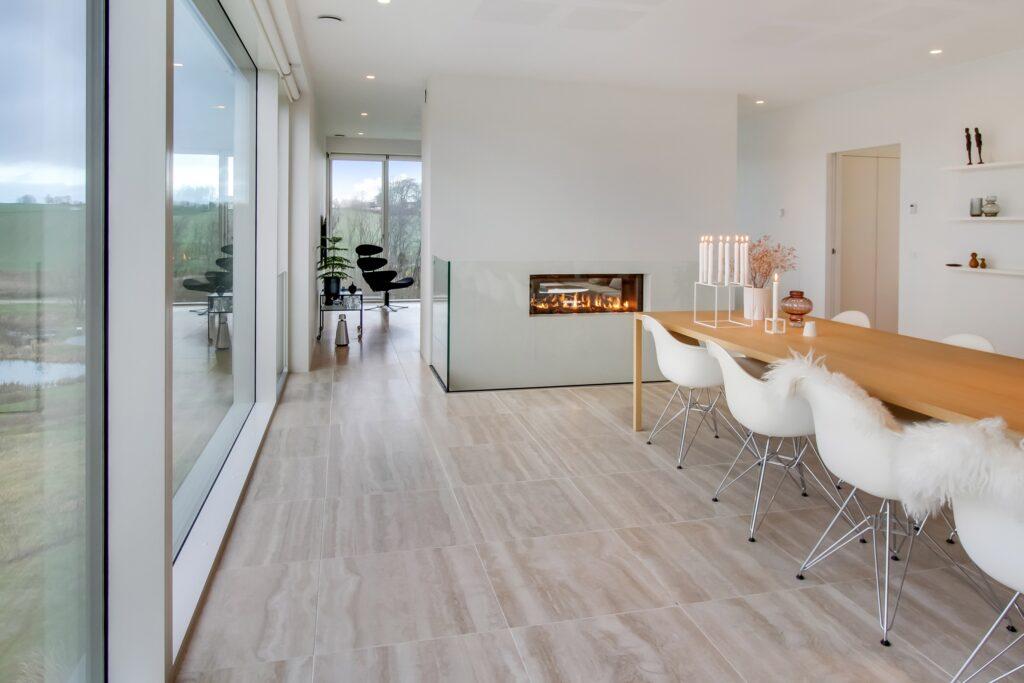 Arkitekttegnet hus, stue med pejs, modernistisk arkitektur