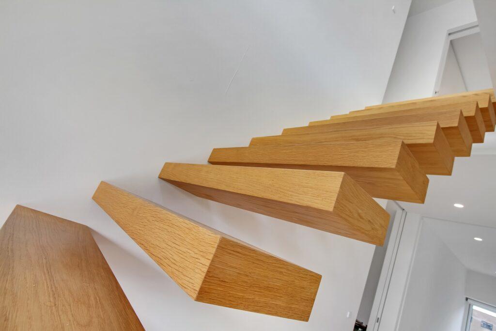 Frit svævende trappetrin i massiv eg. Arkitekttegnet trappe