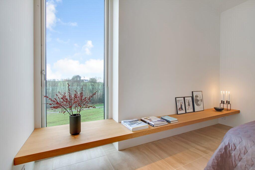 Soveværelse med udsigt, Egetræshylde i vindue