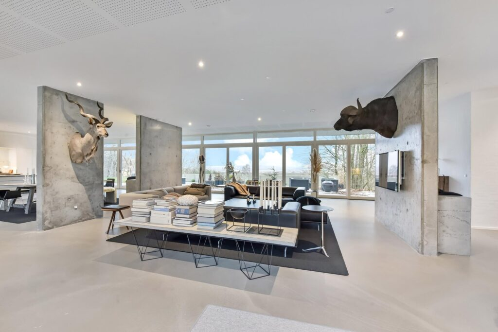 Stue med betonvægge, Skulpturelle betonvægge, arkitekttegnet