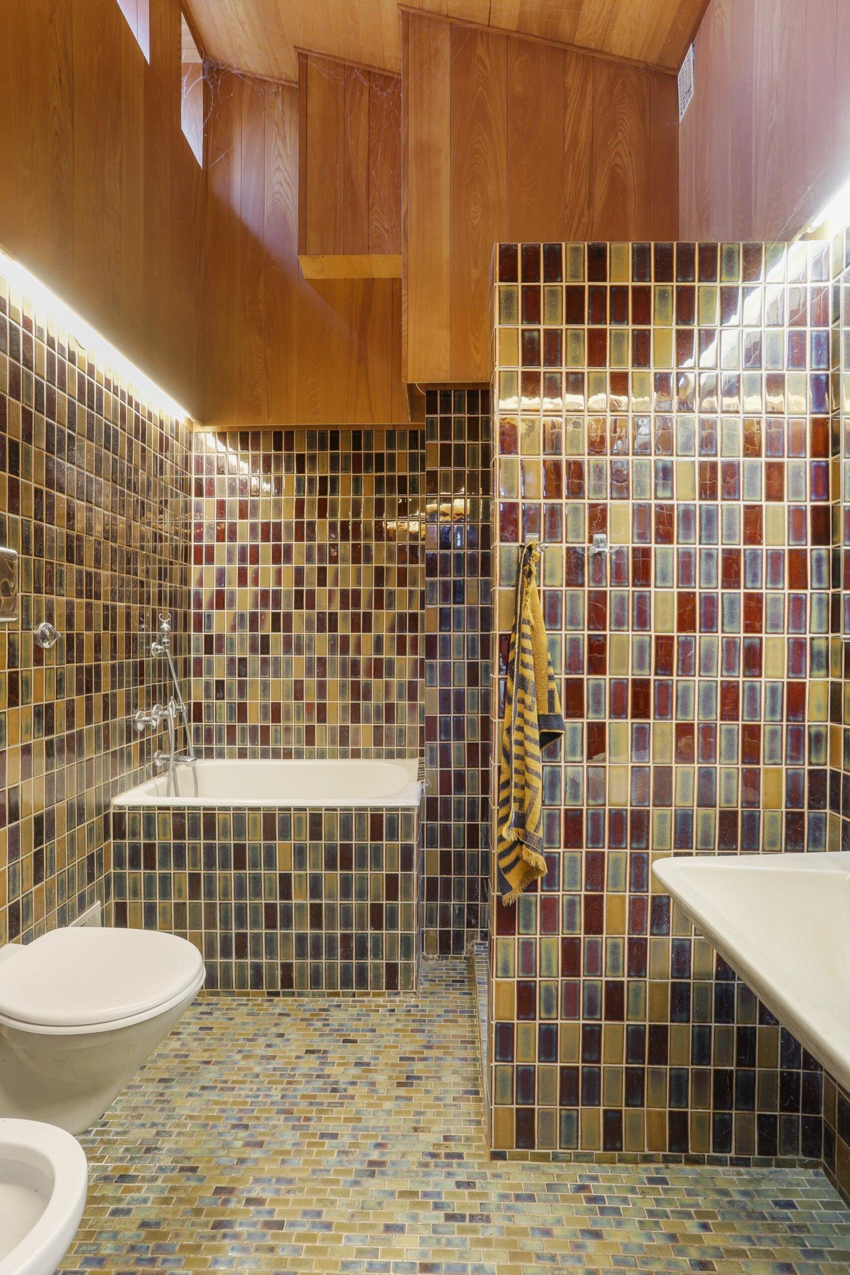 vild badeværelse i 60'er villa, badeværelse med mange farver