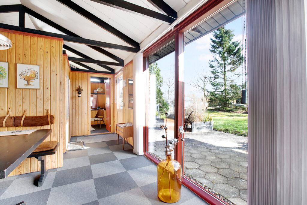 Arkitekttegnet sommerhus med store glaspartier, Sommerhus med åben til kip, smuk spærkonstruktion