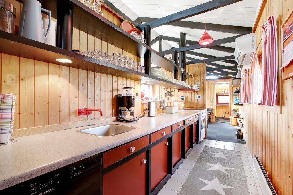 Sommerhusinteriør fra 70'erne, arkitekttegnet sommerhus fra 70'erne, arkitekttegnet køkken fra 70'erne