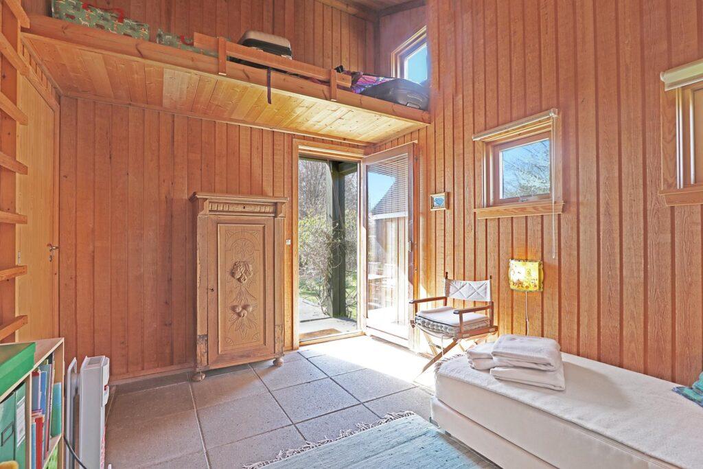 Soverværelse med hems og terrassedør