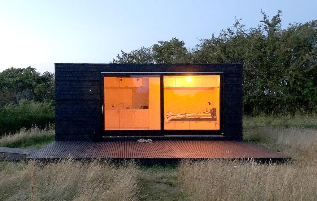 Tiny House, fritidshus ved Stillinge Strand, Sort minimal hus