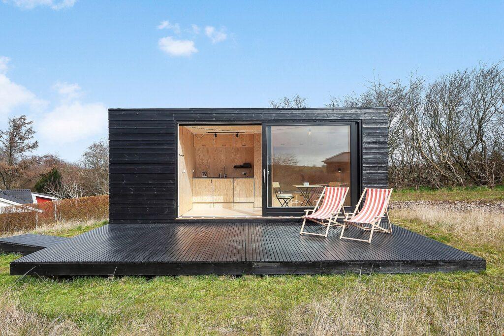 Tiny House, fritidshus ved Stillinge Strand, Sort træhus
