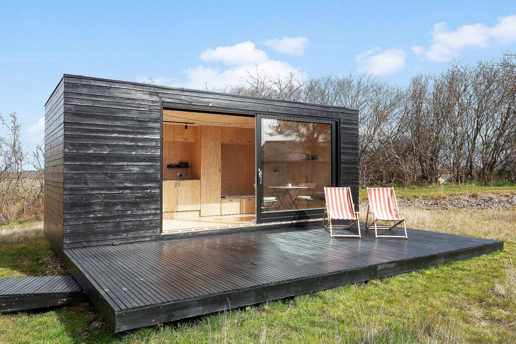 Tiny house i sortmalet træ, sommerhus med sort træbeklædning