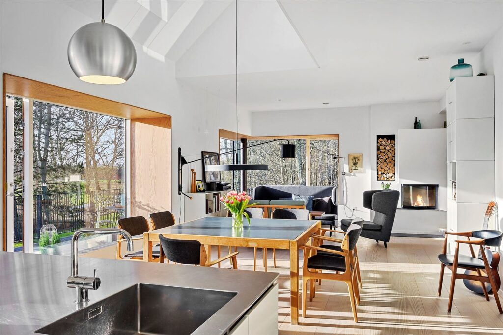 Arkitekttegnet hus interiør. Lys stue med siddeniche i vinduet, dyb vinduesniche