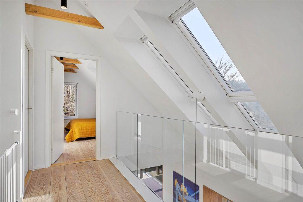 Repos med ovenlys i arkitekttegnet villa