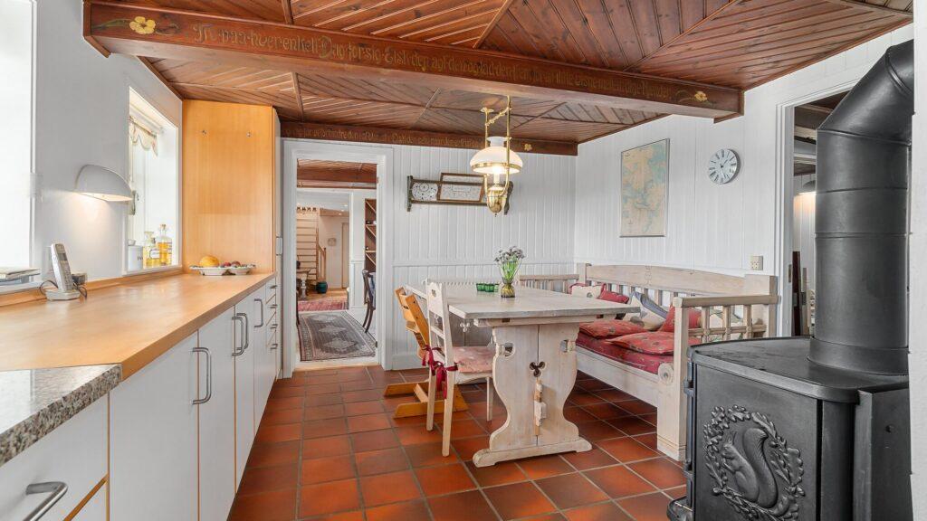 Køkken i gammelt hus med træloft