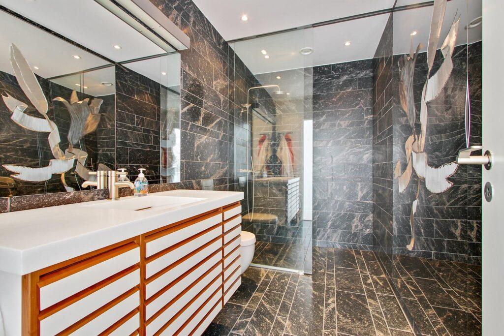 Badeværelse med Paradis granit på Bornholm